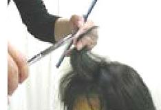かつらを装着した状態でカット仕上げを行います。(部分かつらは)側頭部と後頭部にかつらの髪と自毛の交わる部分があります。