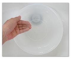 ① 洗面器にぬるま湯(40度前後)1L〜1.5L程度溜め、市販のシャンプー剤を2〜3プッシュ入れます。