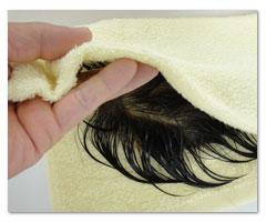 ⑥ ある程度水気を切ったら二つ折りのタオルに挟みます。
